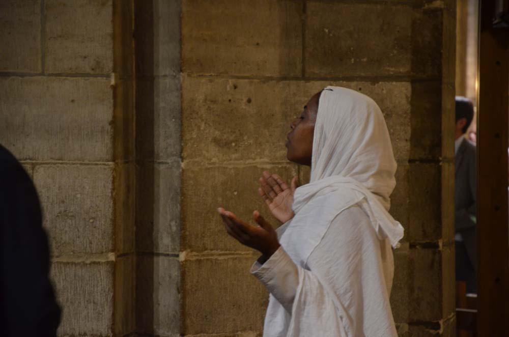 odpoledni modlitba v parizske notre dame