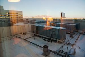 výhled z levného pokoje v hotelu Stratophere, LV