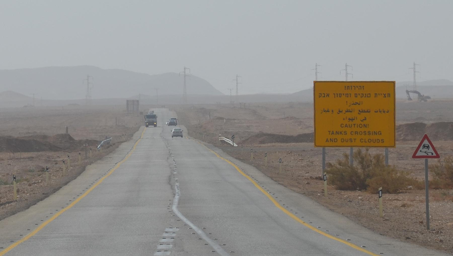 Pozor tanky na silnici, Negevská poušť, Izrael