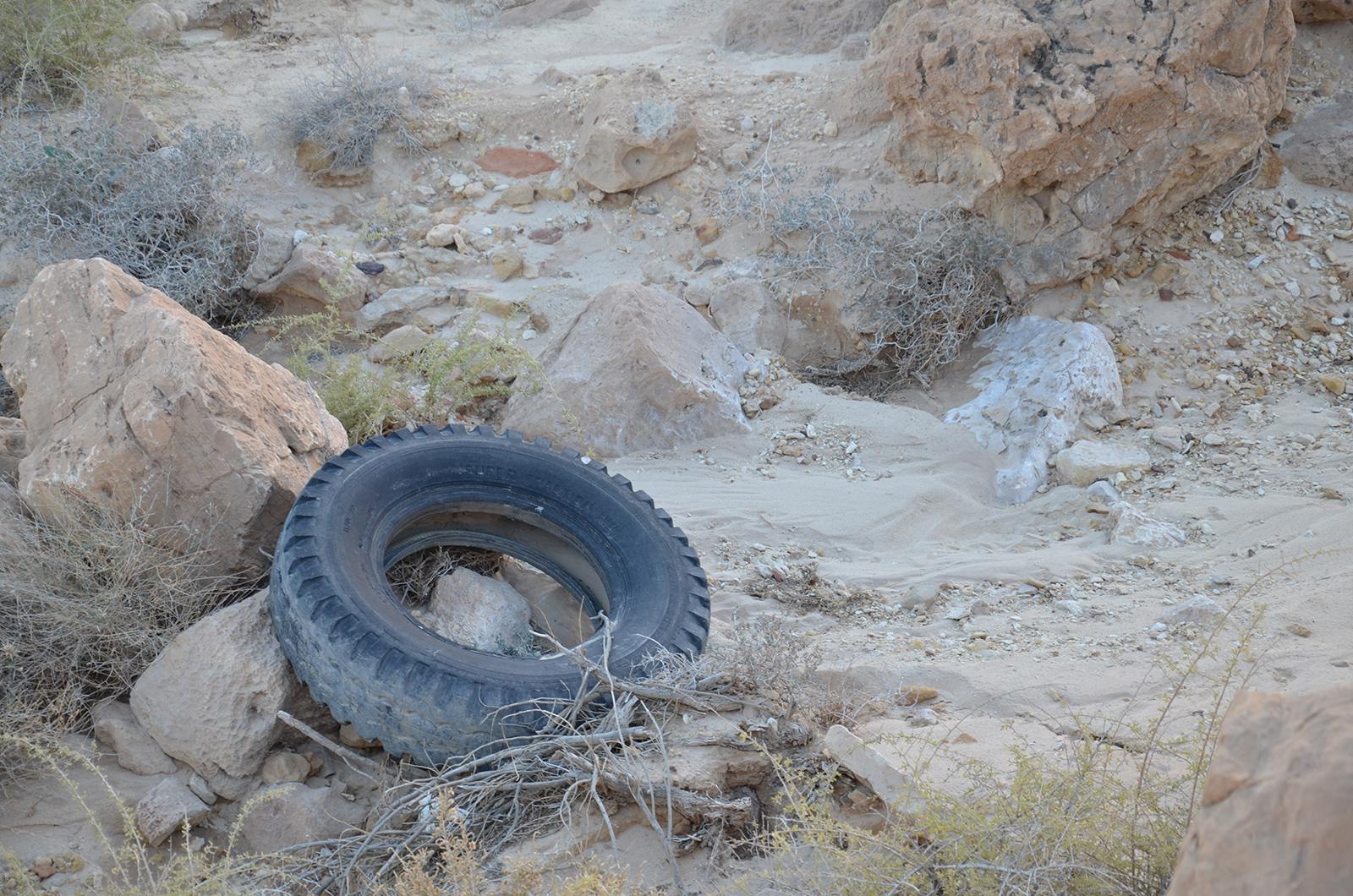 traktorová pneu kdesi v Negevské poušti