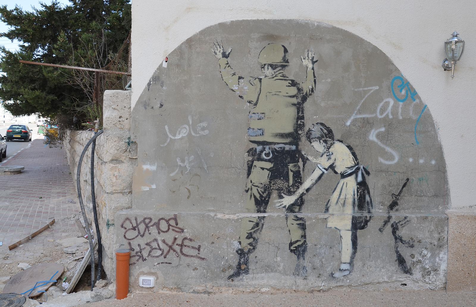 Dívka a voják v podání Banksyho, Betlém, západní Břeh