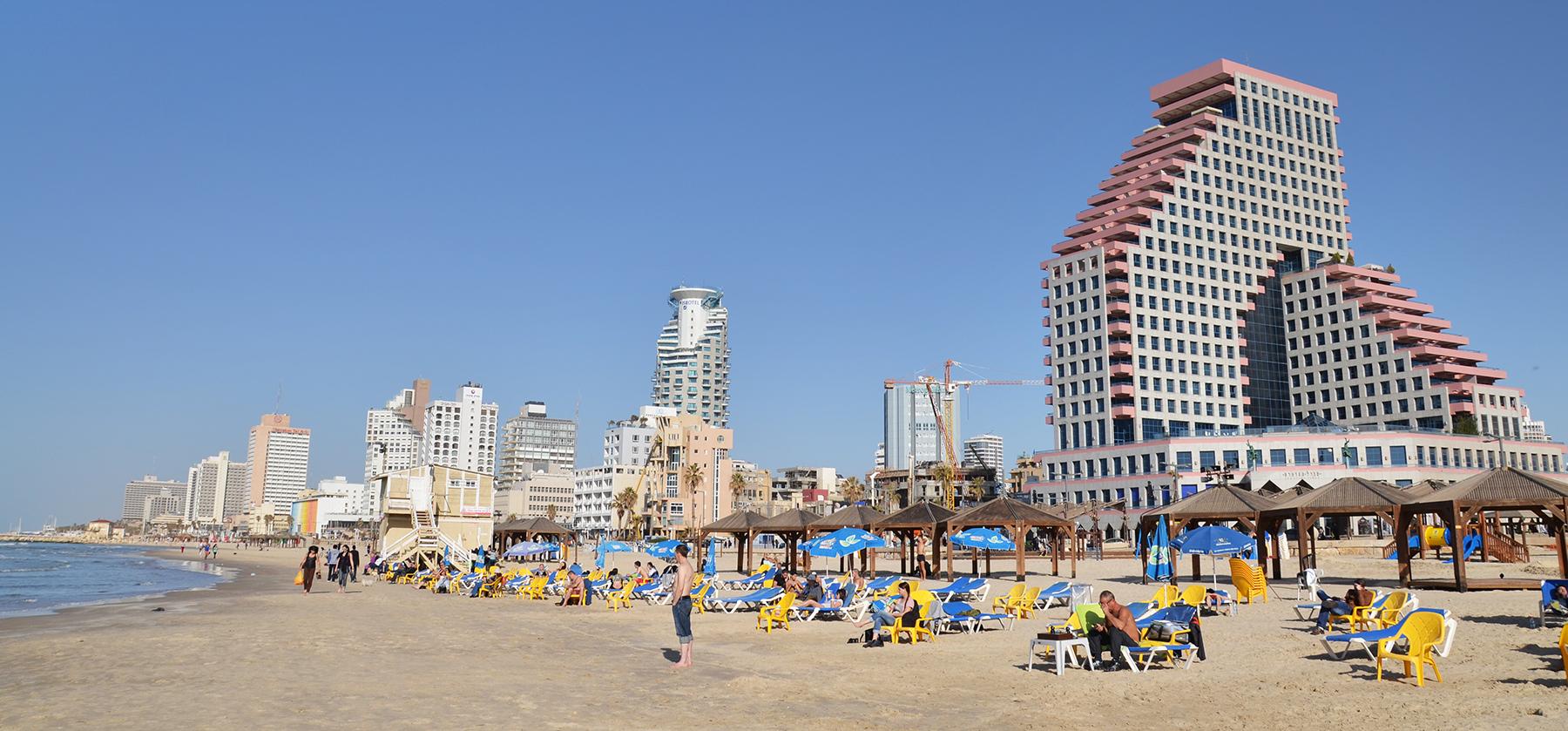 pláž poblíž budovy Opera, Tel-Aviv, Izrael