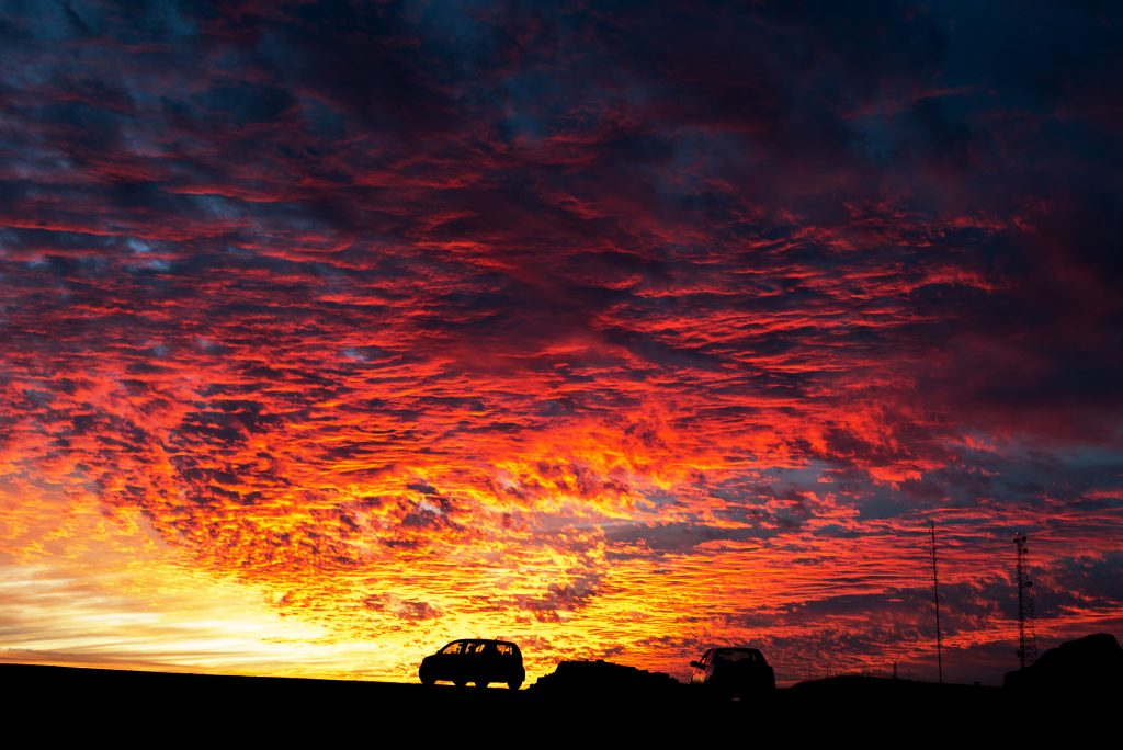 israel-mizpe-ramon-mindblowing-sunset-two-cars-fantastic-color-red-and-yellow