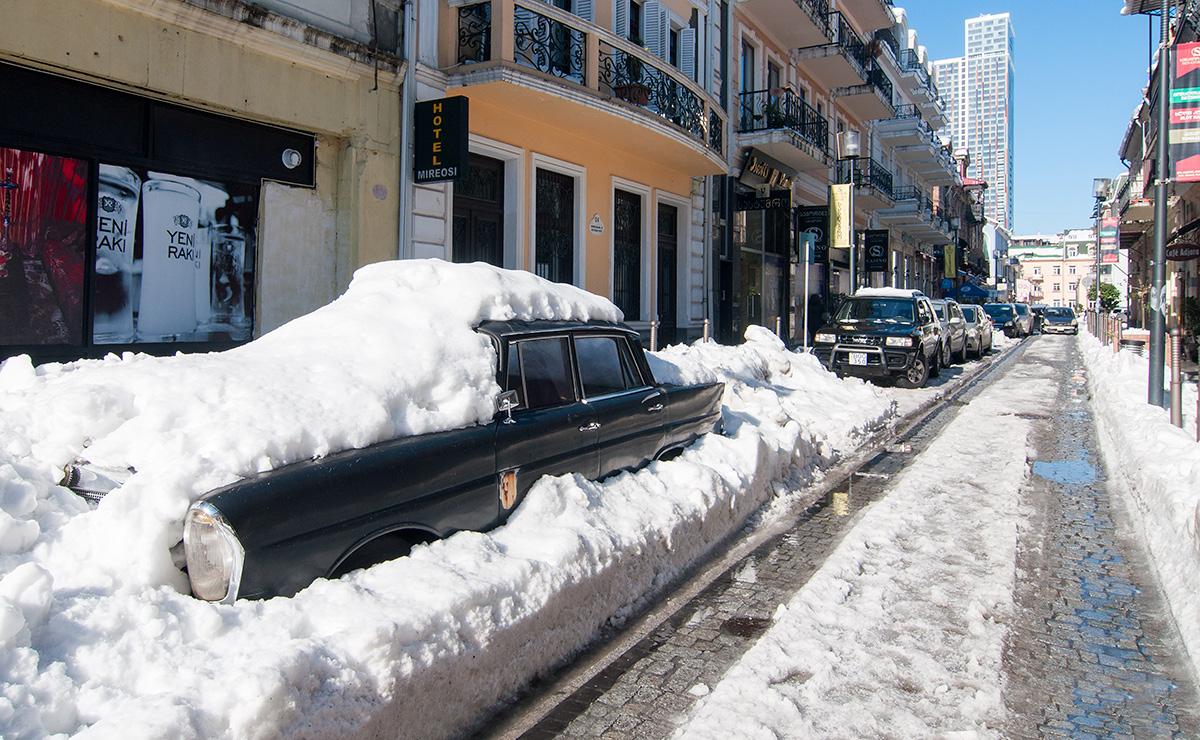 Stařičký mercedes v zimních ulicích Batumi