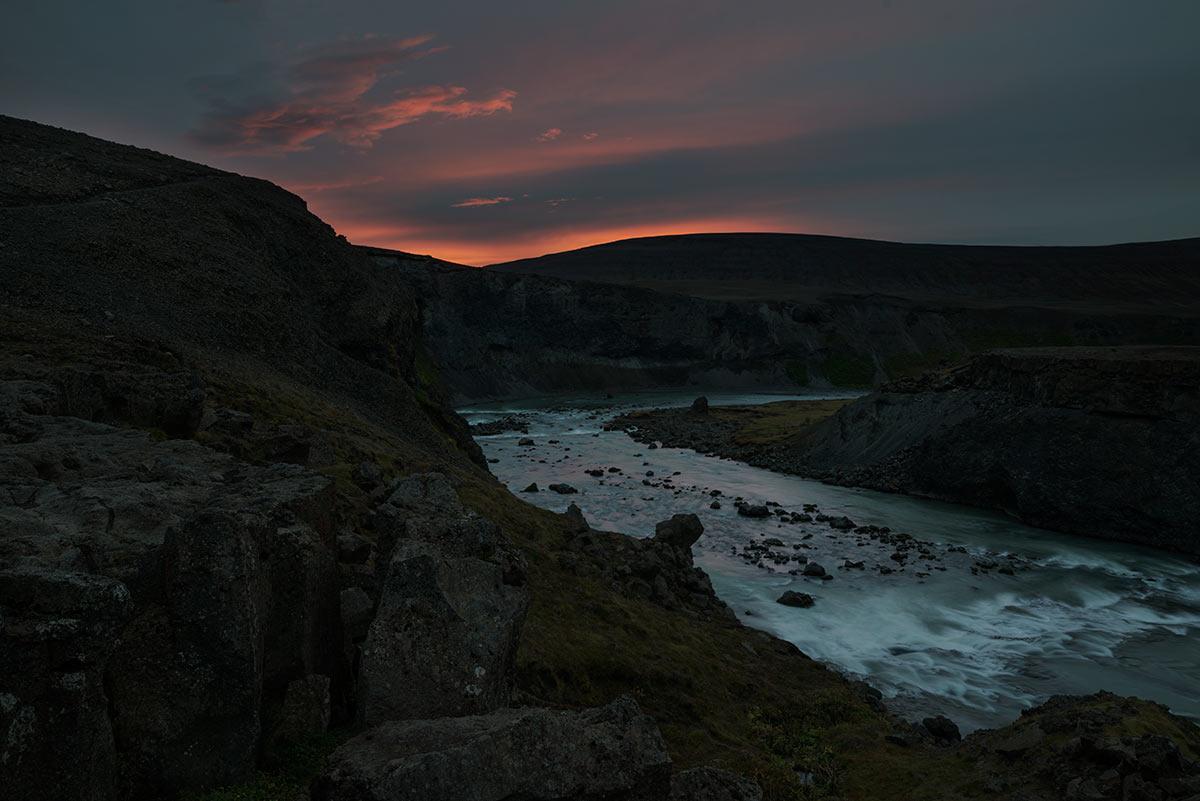 Západ slunce u vodopádu Aldeyjarfoss