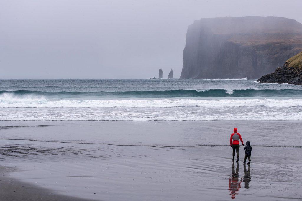 Skaliska Risin a Kellingin při pohledu z vísky Tjørnuvík