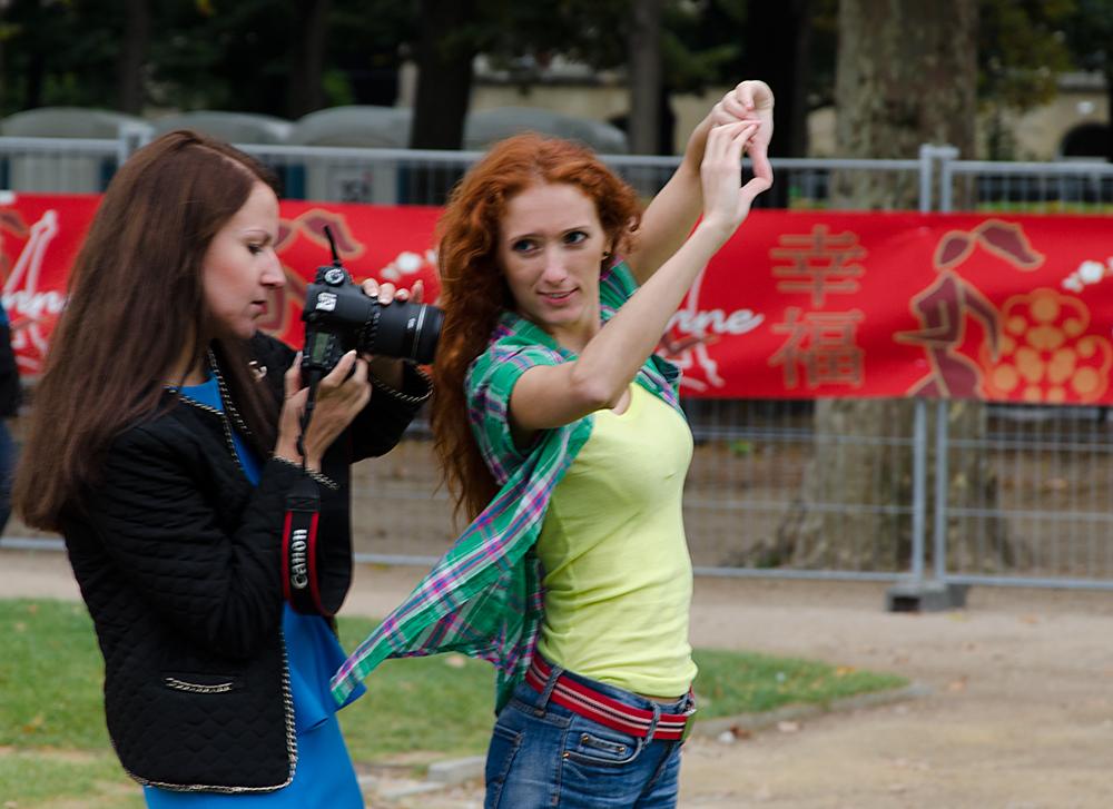 dve fotografky u eiffelovky