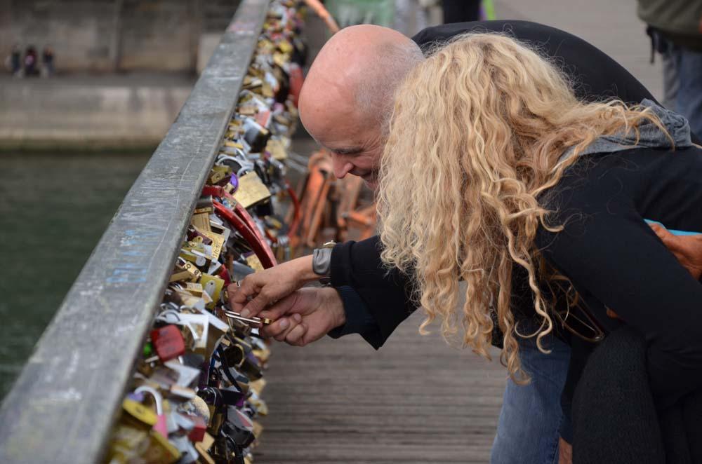 par pripevnujici svuj zamecek na most lasky v parizi a ve francii