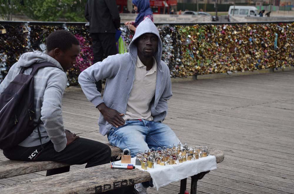 cernosi prodavajici zamecky na moste lasky