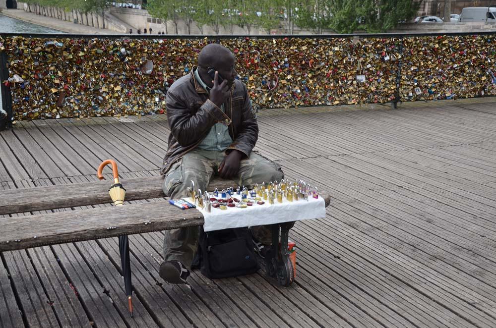 cernoch prodavajici zamecky na parizskem moste lasky