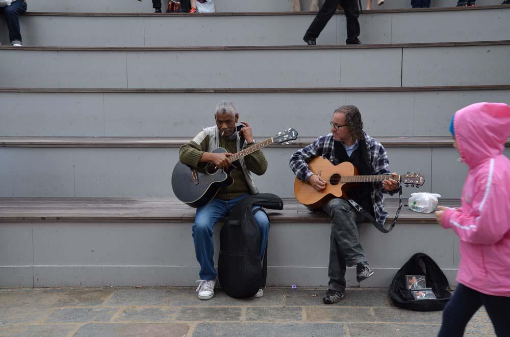 kytarove duo pred notre dame v parizi
