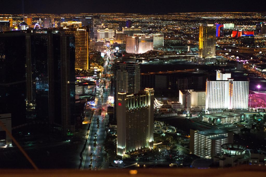 Pohled na noční Las Vegas z vyhlídkové věže hotelu Stratosphere