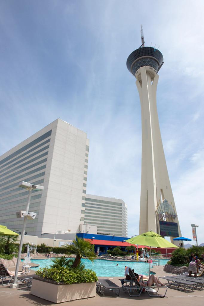 bazén, vyhlídková věž a hotel Stratosphere