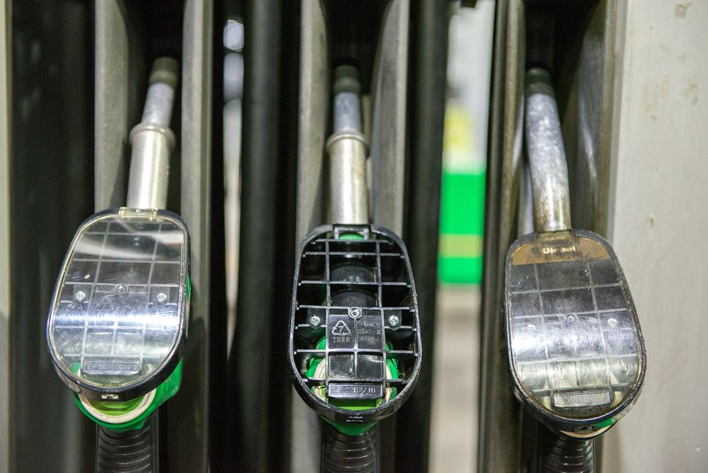 stojany na benzinove stanici Mol