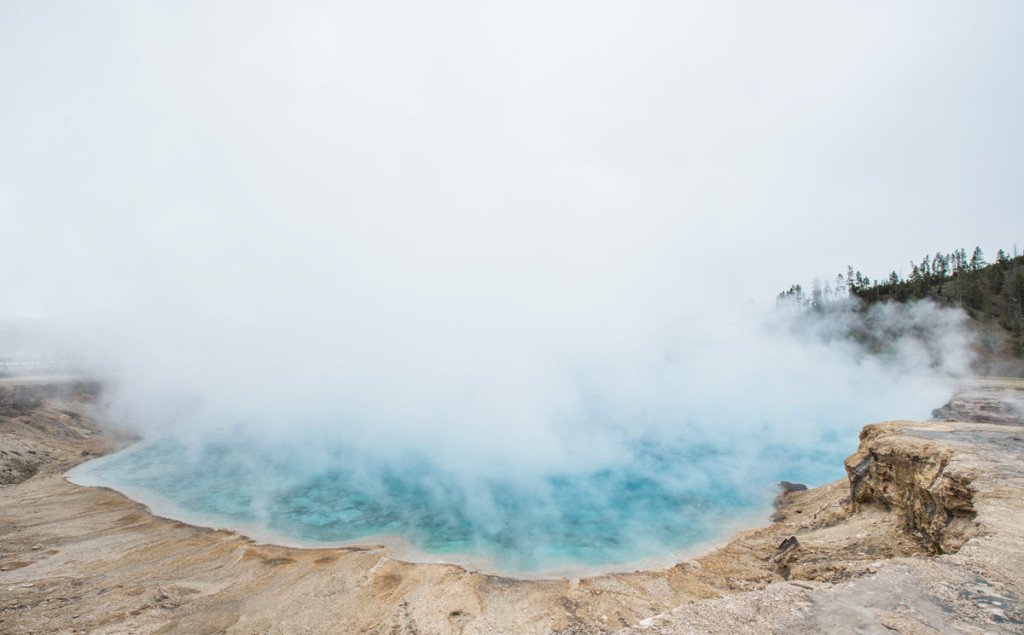 digforfree.com mini yellowstone-no-name-geyser-hazy-weather-green-water