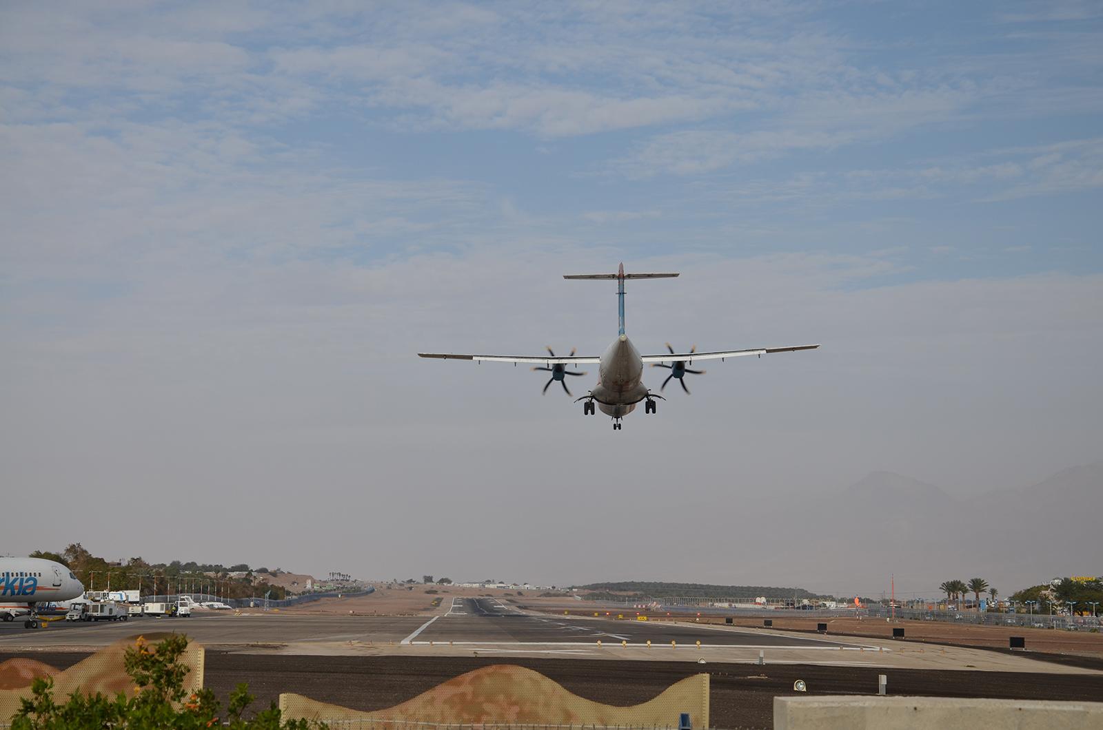 ATR 72 společnosti Arkia přistává na dráhu 03, Eilat, Izrael
