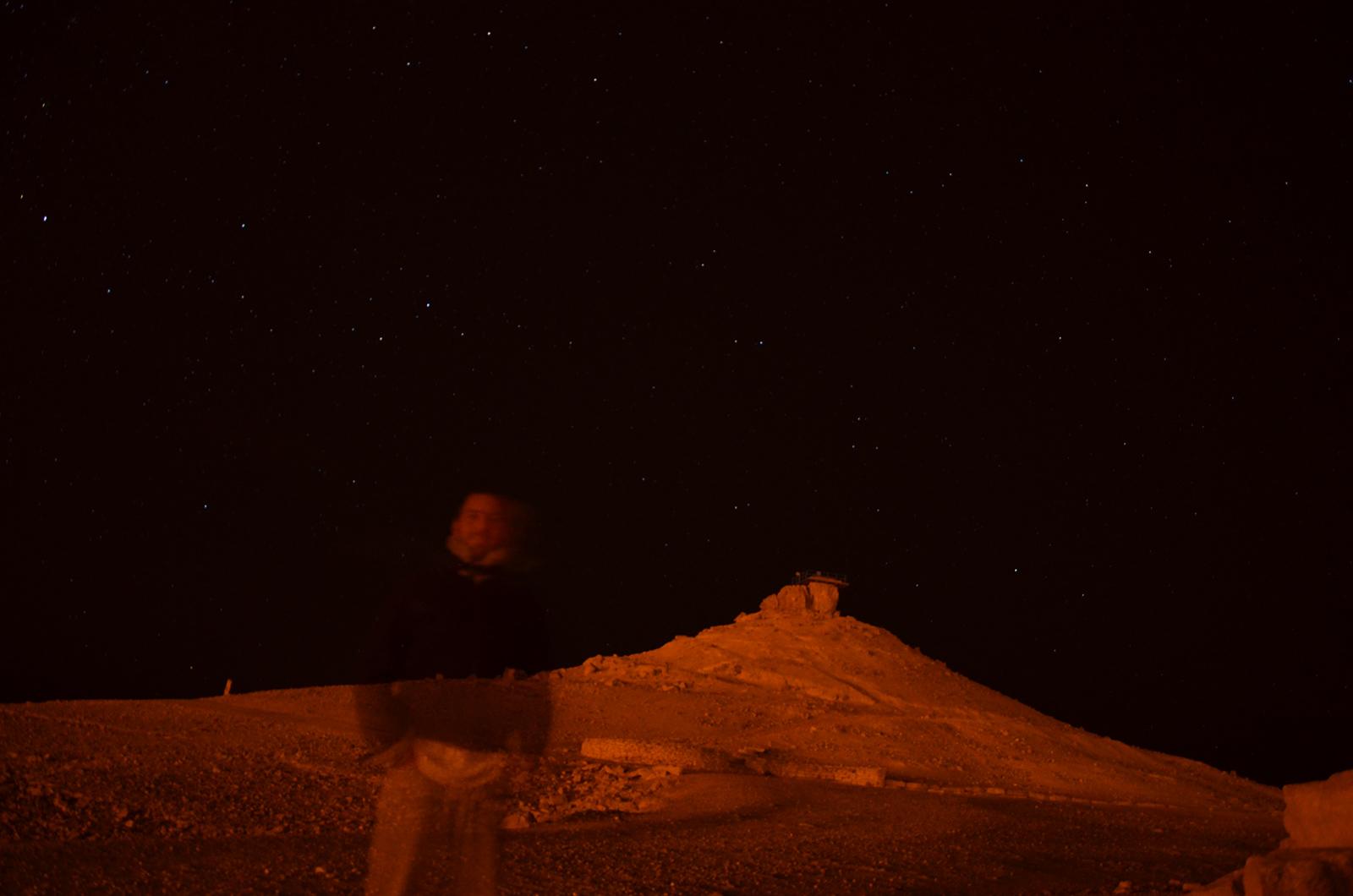 autoportrét na pozadí s Velbloudí hrou, Mitzpe Ramon, Izrael