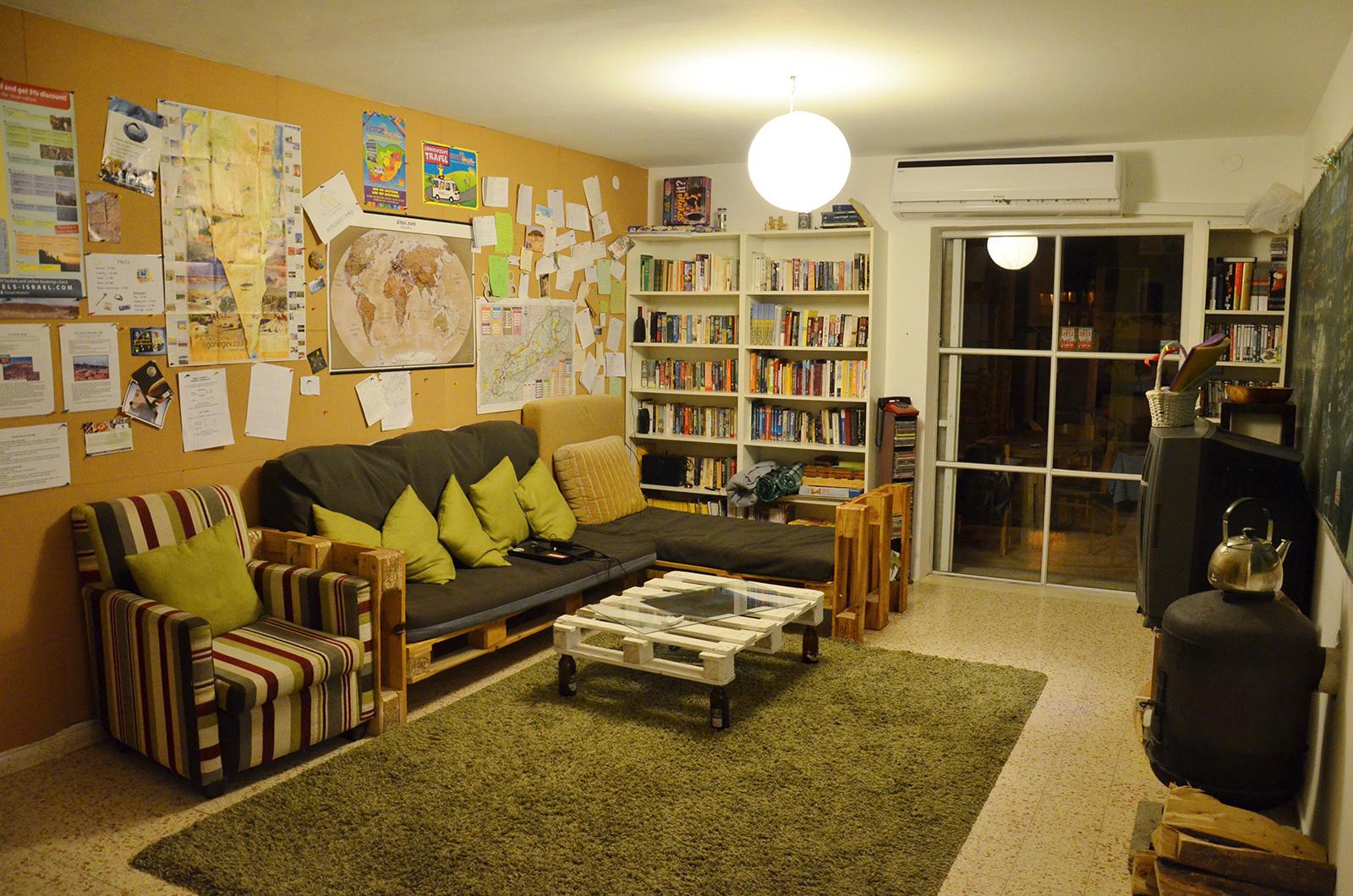 Společnenská místnost hostelu The Green Backpackers, Mitzpe Ramn, Izrael