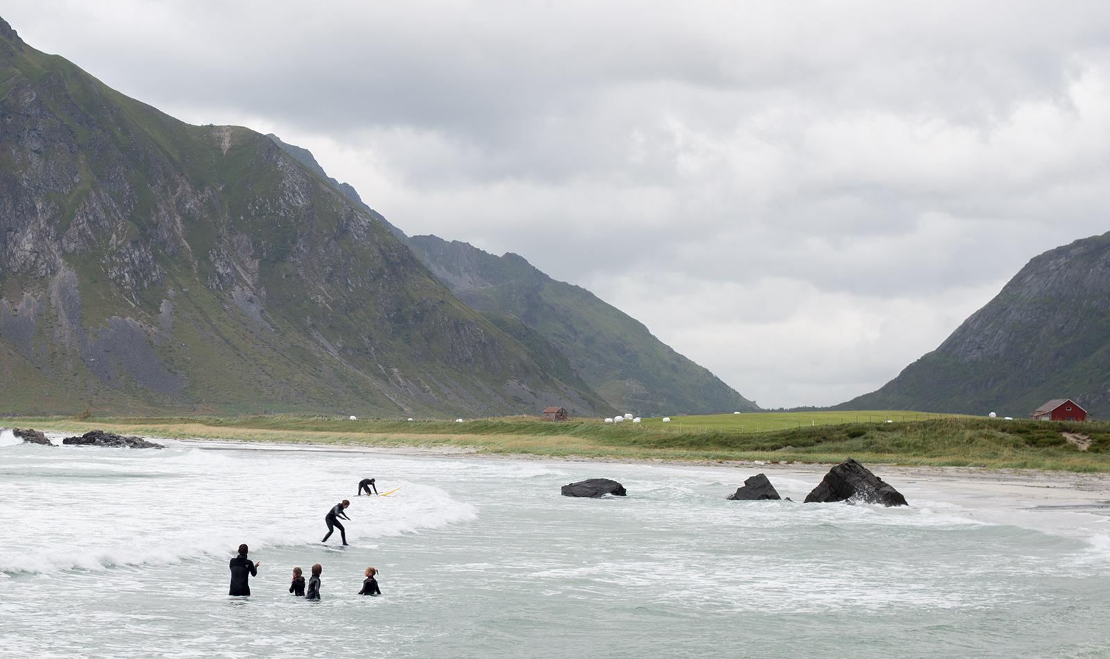 Surfování ve Flagstad, Lofoty, Norsko
