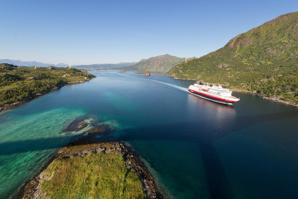 loď Hurtigruta z mostu Raftsundbrua