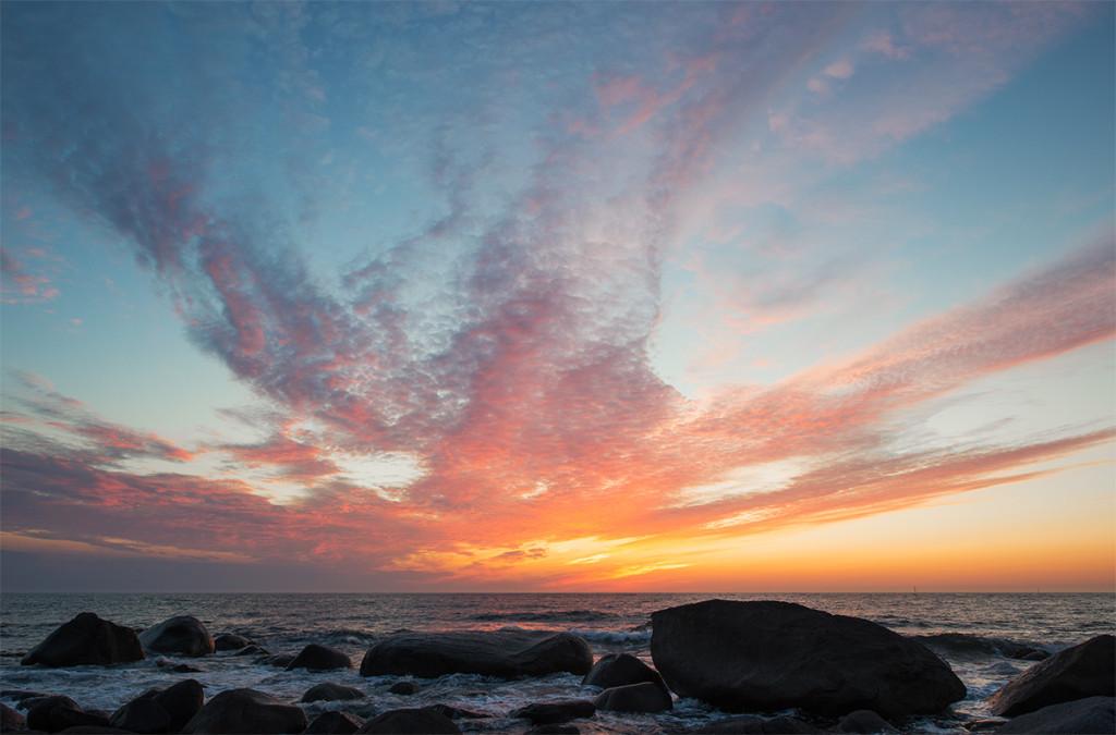 západ slunce na kamenité pláži v Eggum