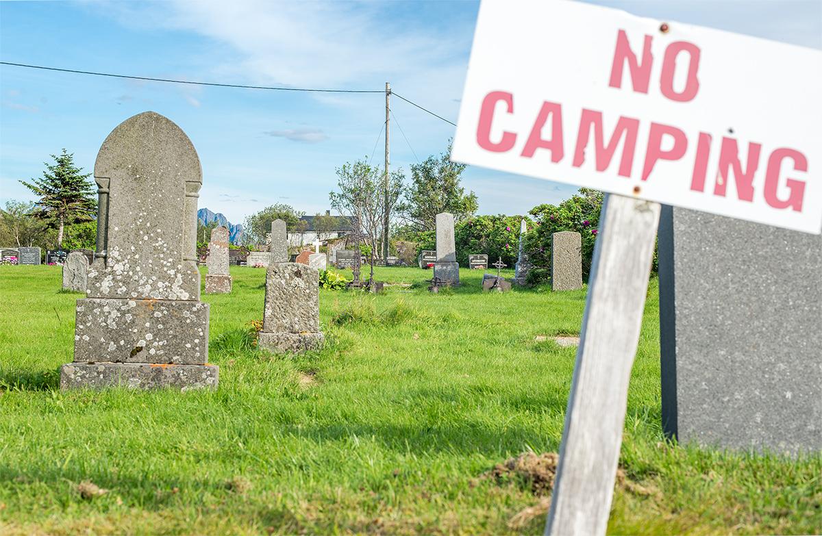 zákaz kempování na hřbitově, Valberg, Norsko