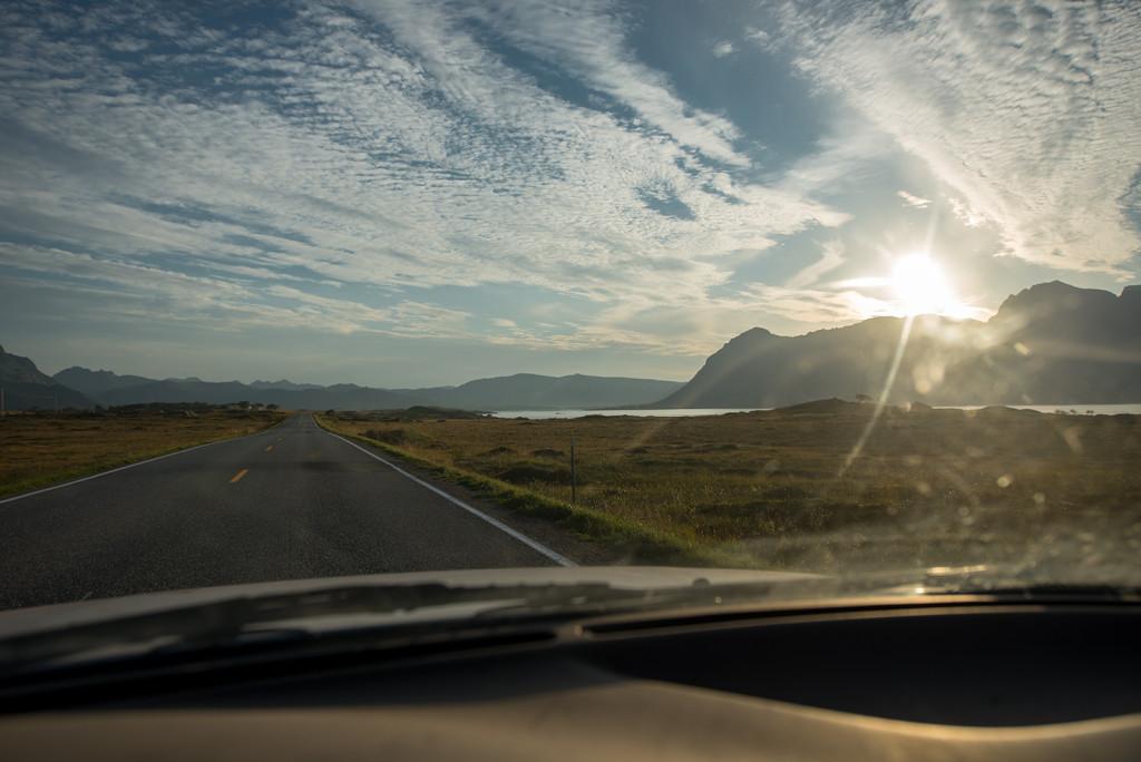 predzvest krasneho zapadu slunce na lofotech