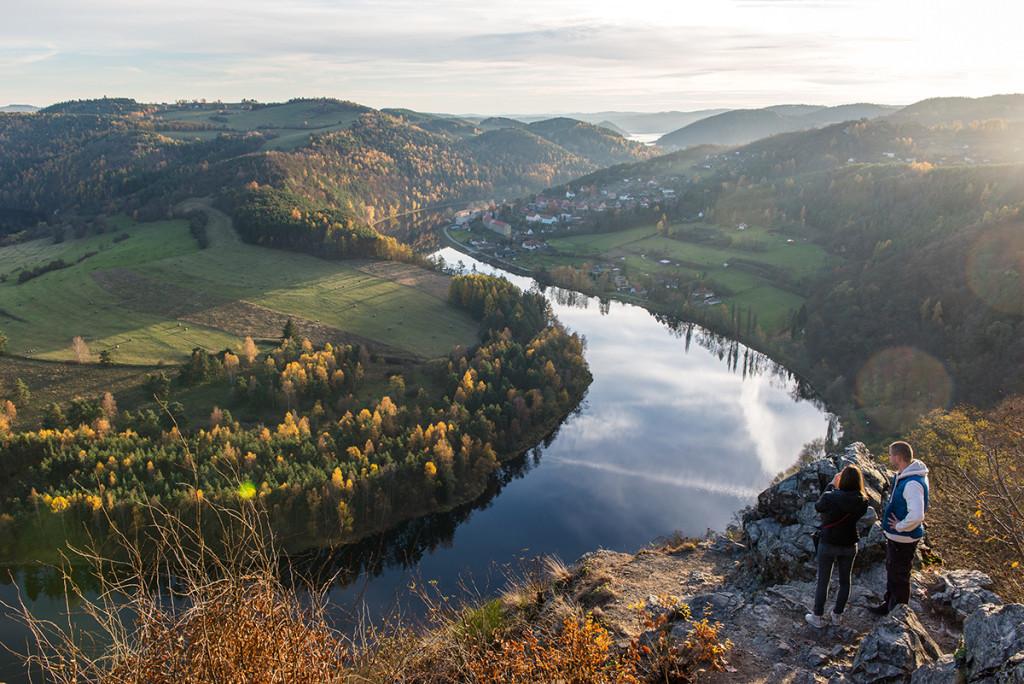 Solenický meandr na pozadí s přehradní nádrží Orlík