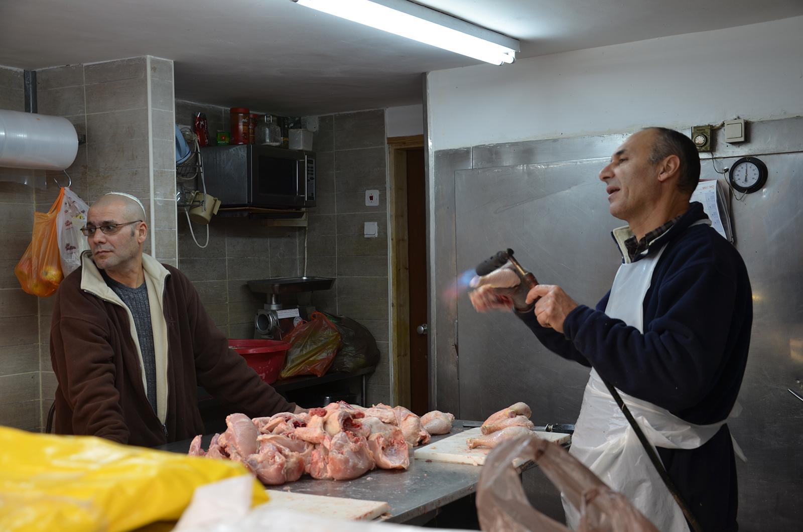 prodavač drůbežiho na Karmelském trhu, Tel-Aviv, Izrael