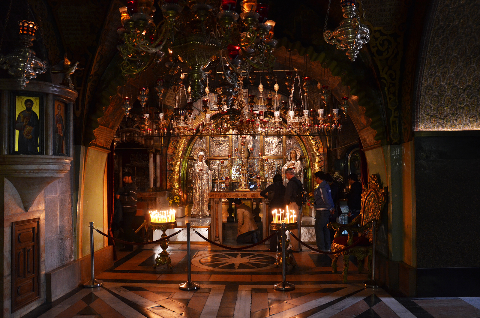 interiér chrámu Božího hrobu, Jeruzalém, Izrael