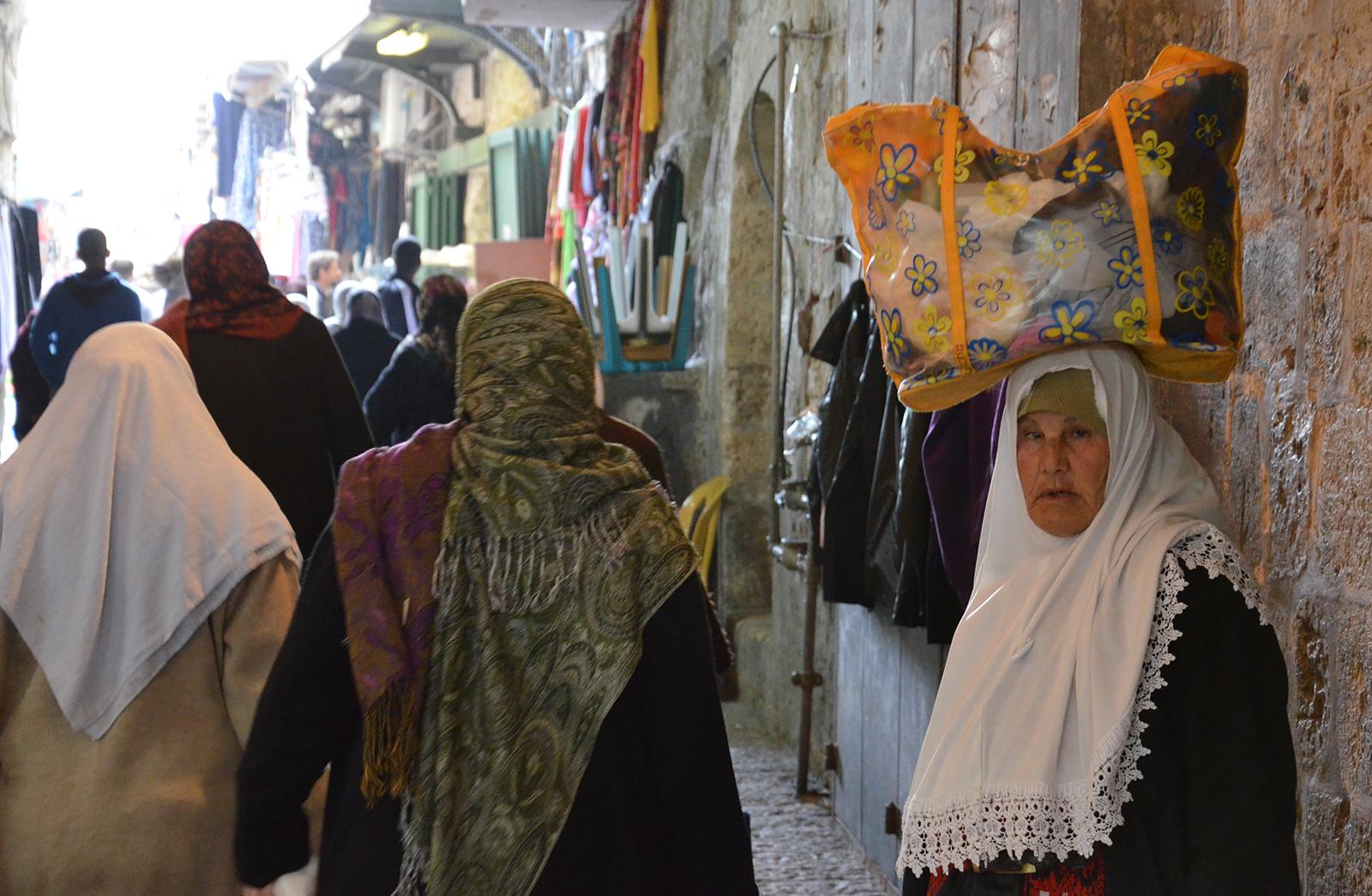 arabská žena v uličkách starého města Jeruzalém, Izrael