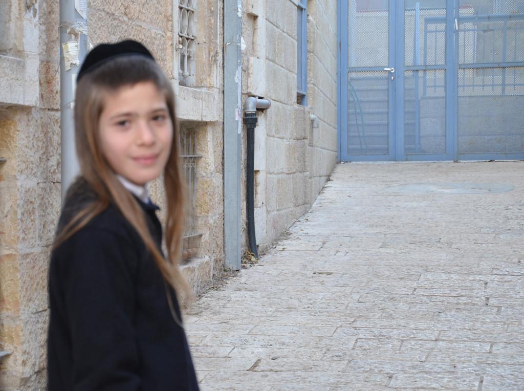 židovský chlapec na cestě do Mea Shearim, Jeruzalém, Izrael