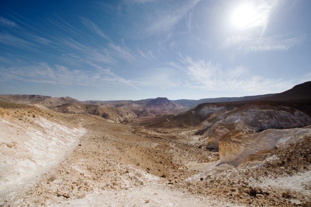 israel-negev-desert-en-akev-plain-view-blue-sky-wide-white-cirrus-clouds