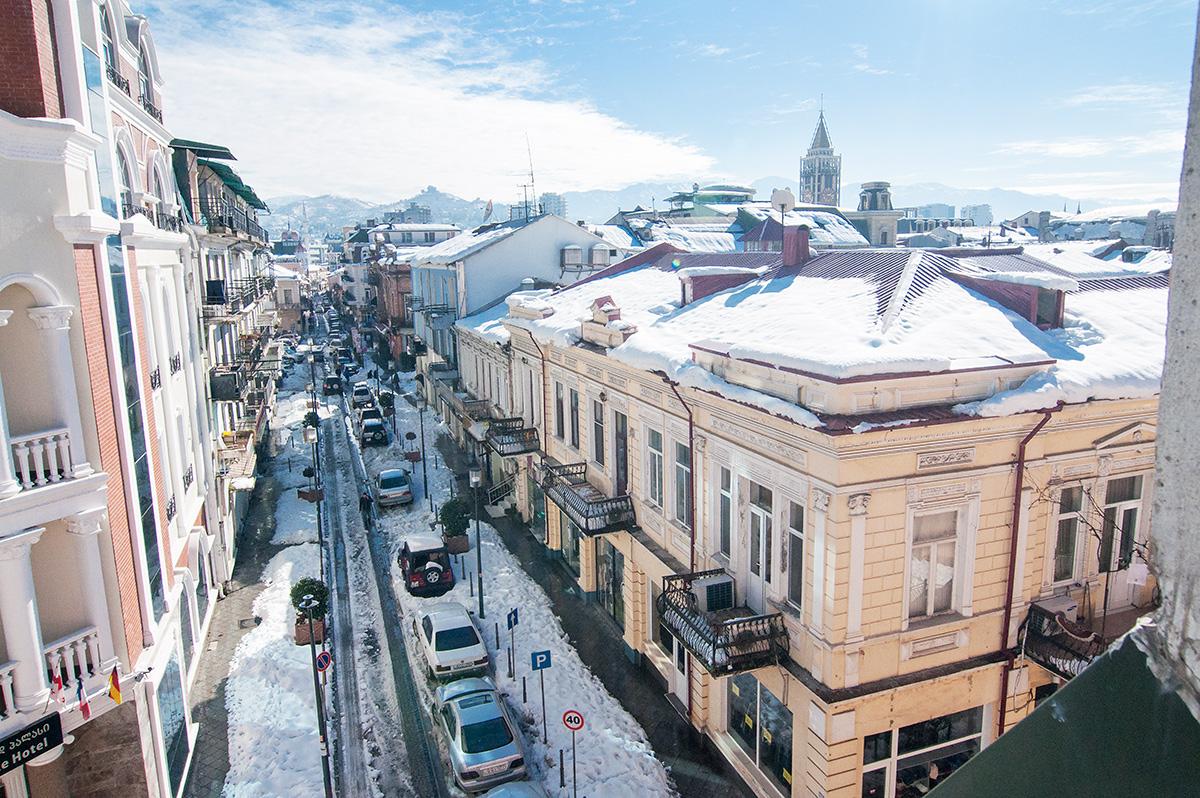 Vyhled na střechy starého města Batumi