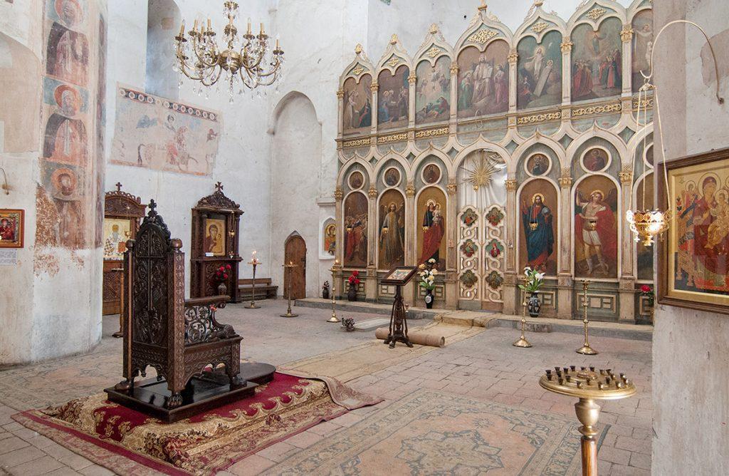 interiér kostela v pevnosti Ananuri