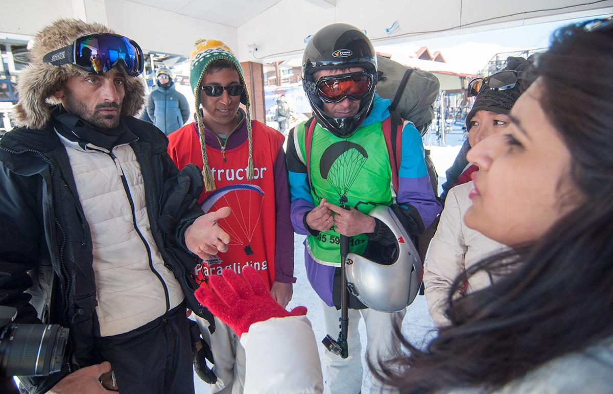 Smlouvání ceny za paragliding v Gudauri
