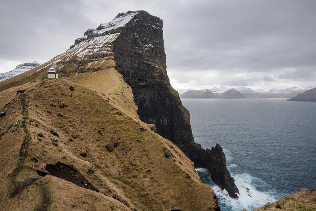 Maják Kallur na ostrově Kalsoy - Faerské Ostrovy